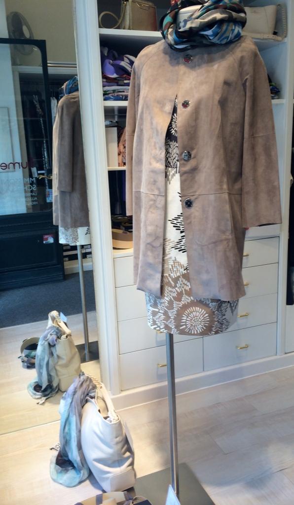 Kurzmantel aus feinem Rauleder € 799,- , darunter ein BW-Kleid von Max Mara Weekend € 199,- Schal Vivienne Westwood € 149,-